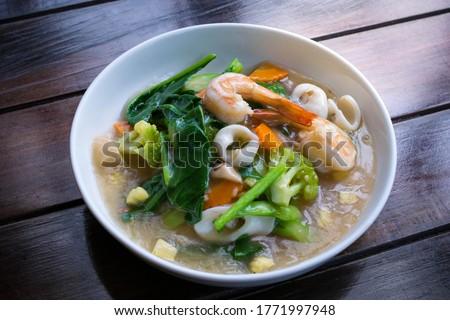 Fried noodles with shrimp and kale in gravy sauce (Radna salad, Rad na) Zdjęcia stock ©