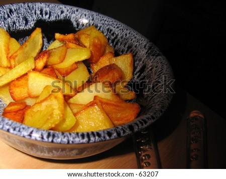 Fried potato bits in bowl.