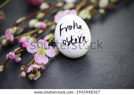 Frohe Ostern -Happy Easter.Easter egg with flowers Stock foto ©