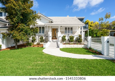 Front facade/elevation of a mid-century Australian style home in daylight. Foto stock ©
