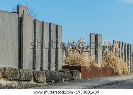 Front garden design with concrete stelae as a screen Foto d'archivio ©