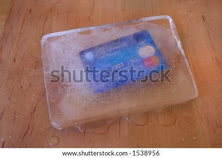 gefrorene Kreditkarte in einem Block des Eises