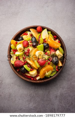 Fruit Chaatis a tangy Indiandishmade by combining chilled juicy fruits like apples, bananas, oranges, grapes with salt and mild spices Foto stock ©