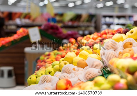 fruits, food and sale concept - ripe apples at grocery store or supermarket