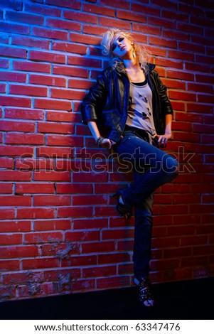 полноразмерные портрет красивых глэм рока стиль блондинка девочка возле...