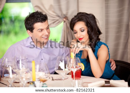 funny man flirting, woman borred restaurant table