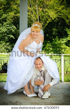 funny pictures of the groom, who crawled under the bride's dress