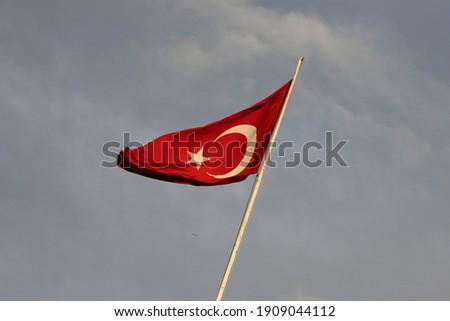 gökyüzünde dalgalanan türk bayrağı. kırmızı beyaz bayrak. türk bayrağı. 15 temmuz demokrasi bayramı Stok fotoğraf ©