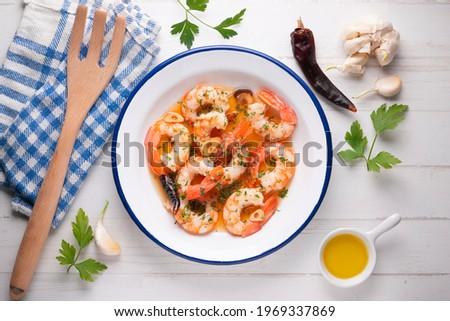 Gambas al ajillo. Shrimp Scampi. Traditional Spanish tapa with prawns cooked in oil with garlic and chilli. Foto d'archivio ©