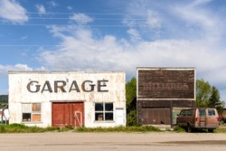 Garage vintage abandoned and ruined by time. / Abandoned and Vintage Garage