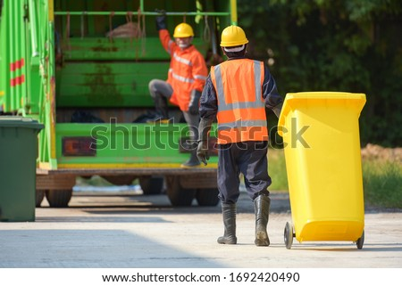 Garbage collector Worker of urban municipal recycling garbage collector truck loading waste and trash bin Photo stock ©