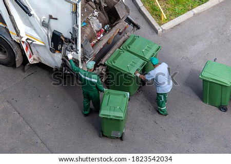 garbage men loading household rubbish in garbage truck, view from above Photo stock ©