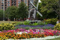 Garden and windmill in Brampton (Ontario)