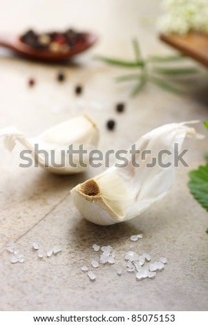Garlic cloves with peppercorn, salt, rosemary and mint
