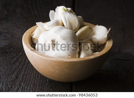 Garlic in the wooden bowl