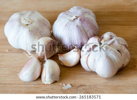 Garlic: realistic approach to food ingredients.Chilean garlic is popular in Latin American cuisine, the large cloves give excellent taste to meals. Garlic in wooden surface,natural light, shallow dof