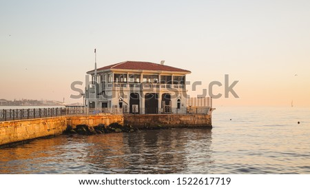 General view from Moda pier in istanbul.One of the symbols of Kadıköy, the historical Moda Pier built 100 years ago by architect Foto d'archivio ©