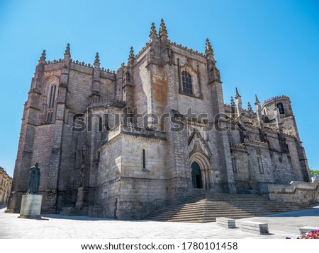 General view of Guarda Cathedral in Portugal on a sunny day with a blue and clear sky Foto stock ©