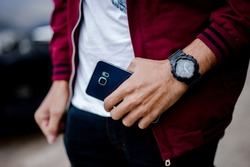 Gentlemen's hands and watches Like wearing a wristwatch And punctuality