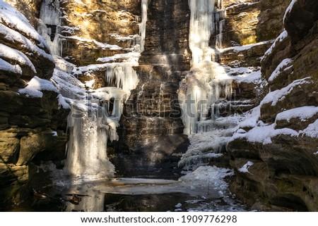 Giants Bathtub waterfall frozen on a cold winter day.  Matthiessen state park, Illinois, USA. Stockfoto ©