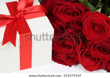 Gift box with roses flowers for birthday gifts, Valentine\'s or mother\'s day