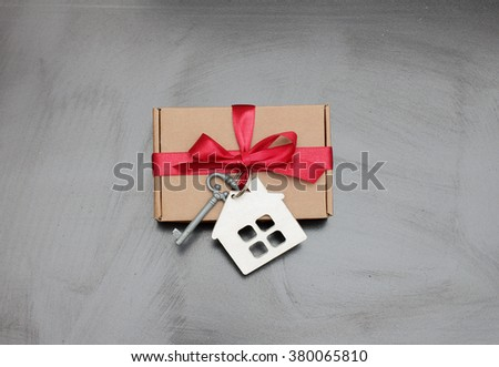 gift tied with a key and a house/Gift new home