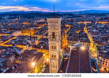 Giotto's Campanile - An aerial dusk view of Giotto's Campanile and the historical Old Town of Florence, as seen from the top of Brunelleschi's Dome of the Florence Cathedral. Florence, Tuscany, Italy. Foto stock ©
