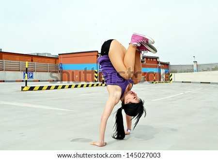 girl dancing on the street breakdance