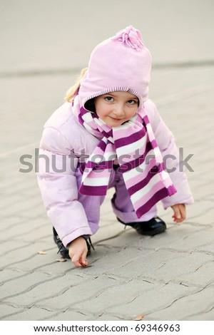 girl  drawing  on sidewalk. little city girl