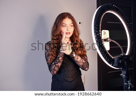 Girl having fun creating videos using beauty skincare mask - Young woman streaming online using smartphone and led soft box - technology, digital job concept - Focus on her face. LED Ring. Zdjęcia stock ©