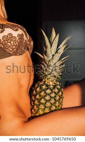 naked-girl-with-pineapple