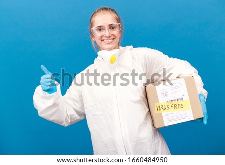 Girl scientist in the laboratory with a parcel. China Post. Dangerous and safe package from kata. China's economy is recovering from a virus outbreak. Europe is afraid of infections through the premis Foto stock ©