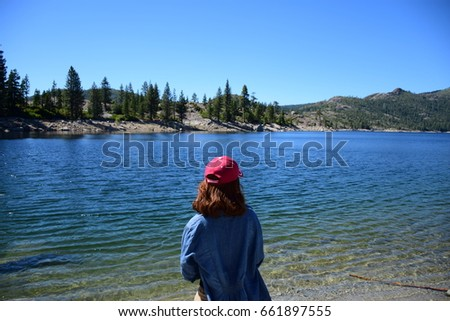 girl trave?wear red hatl, girl face to the lake Stok fotoğraf ©
