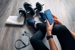 girl uses fitness app