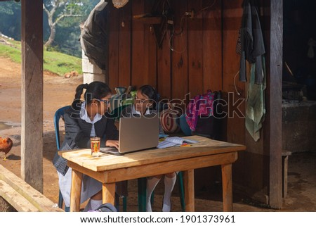 Girls from the rural area receive classes outside their home to distance. Foto stock ©