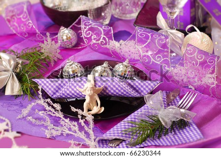 glamour christmas table decoration in purple color with angel on glass plate