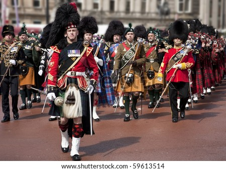 stock photo : GLASGOW- AUGUST 9 : A Scottish Highland Military Tattoo Band