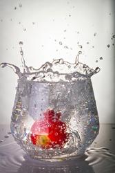 glass glass on the lumen splashes strawberry ice wine