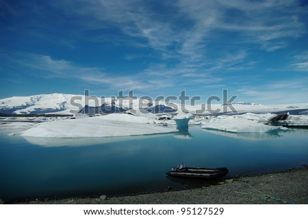 Gletscherlagune Jökulsarlon in Island mit Boot