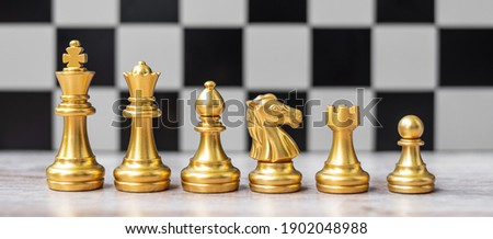 Gold Chess figure team (King, Queen, Bishop, Knight, Rook and Pawn) on Chessboard against opponent during battle. Strategy, Success, management, business planning, tactic, politic and leader concept Foto stock ©