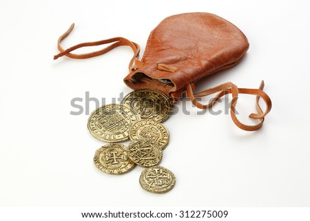 Gold Doubloons with leather pouch on white background Foto stock ©