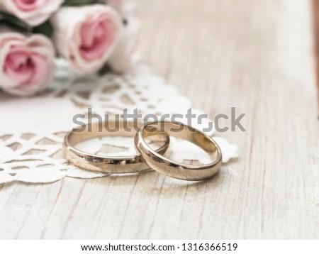 gold wedding rings arrangement