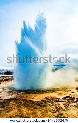 Golden Circle, Iceland: Eruption of Strokkur geyser located in a geothermal area beside the Hvita River in Iceland, east of Reykjavik, one of Iceland's most famous geysers. Stock fotó ©