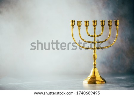 Golden hanukkah menorah on grey background. Jewish holiday banner with copy space. Ancient ritual religious candle menorah. Foto stock ©
