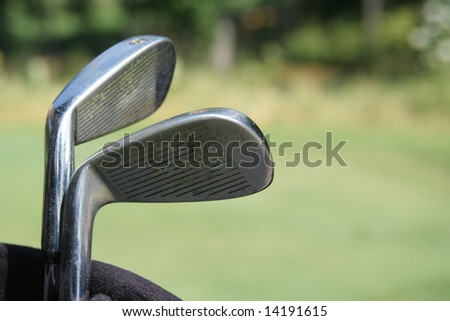 GOLF CLUBS IN BAG ON GREEN