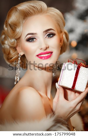 Gorgeous Retro Woman Portrait with gift box, beauty and jewelry model, vogue sexy blonde woman with present. Luxury girl. Hollywood style.