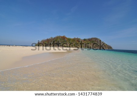 Gorontalo utara, Indonesia. October 25, 2014. island without inhabitants in lito bogisa island. clear sand and blue sea water make you feel happy Foto stock ©