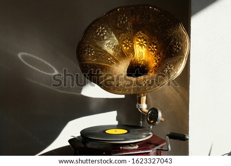 Gramophone phonograph, device for the mechanical recording and reproduction of sound, decorative  Stok fotoğraf ©