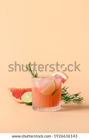 Grapefruit soda with lime garnish rosemary sprig isolated on color background. Mocktail Paloma. Close up. Vertical format. Foto stock ©