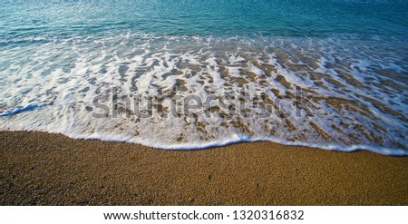 Graphic composition drawn by the sea on the golden and unique sand of Lia beach in Mykonos, Greece Foto stock ©
